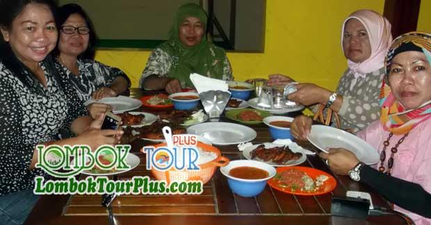 Foto Ibu Lena Sedang Makan Malam