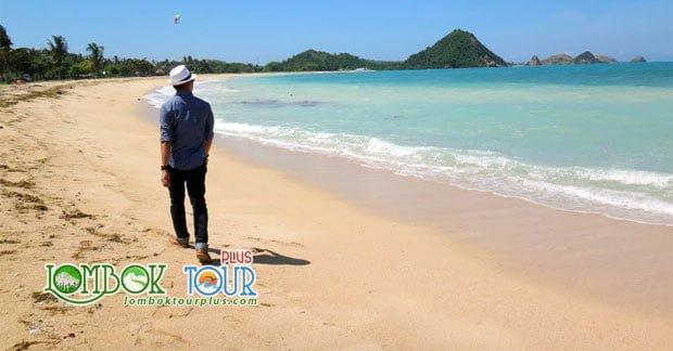 Berjalan Menikmati Keindahan Pantai Kuta Lombok Tengah