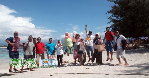 Keseruan Wisata di Lombok Ibu Dyta Bersama RekanKeseruan Wisata di Lombok Ibu Dyta Bersama Rekan