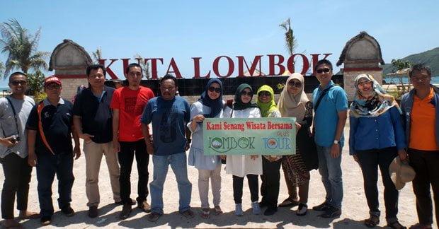 Foto Wisata Ibu Dyta Bersama Rekan di Pantai Pantai Kuta Lombok