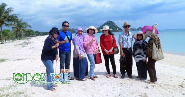 Kecerian wisata di Lombok Ibu Yati dan Sahabat