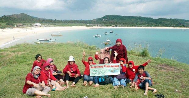Wisata Ibu Nina dan Sahabat di Tanjung Aan Lombok