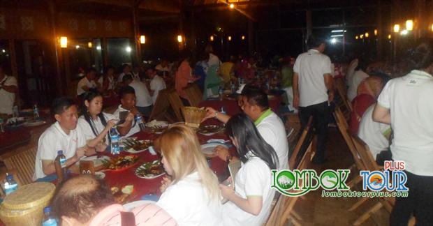 Bapak Indra dan Group Menikmati Makan Malam Khas Lombok