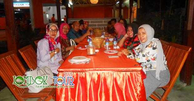 Menikmati makan malam kuliner lombok bersama sahabat