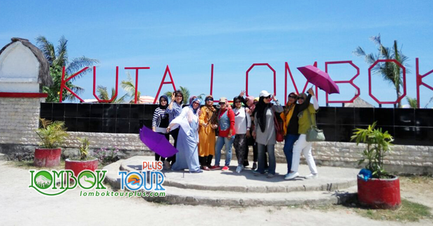 Wisata Pantai Kuta Lombok Ibu Sri dan Sahabat
