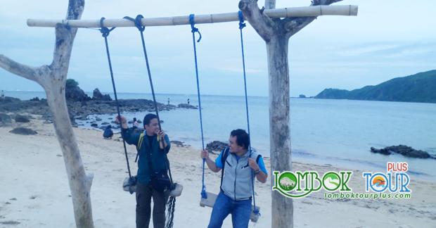 Menikmati Indahnya Pantai Lombok Sambil Bermain Ayunan