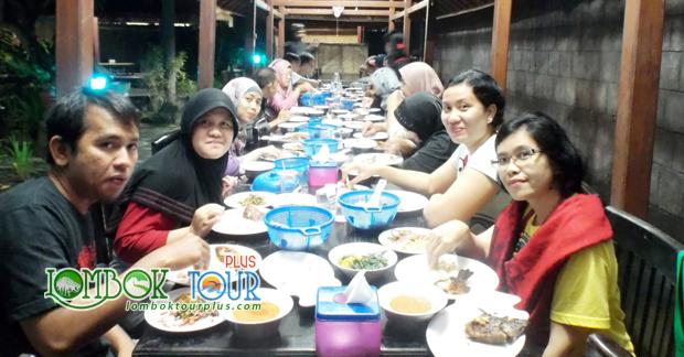 Ibu Ismi dan Sahabat Menikmati Makan Malam Khas Lombok
