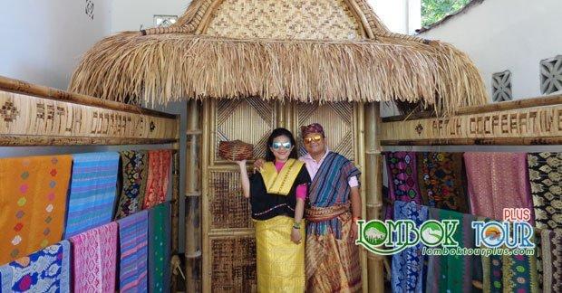 Wisata Ibu Kristin di Desa Sukarara Lombok