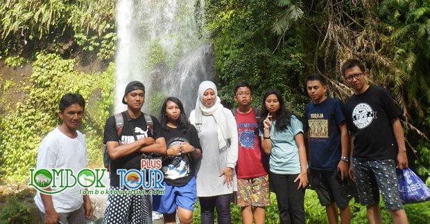 Wisata Air Terjun Lombok Ibu Lia serta Keluarga