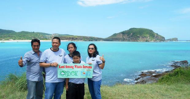 Wisata Pantai Tanjung Aan Lombok Ibu Menik dan Keluarga