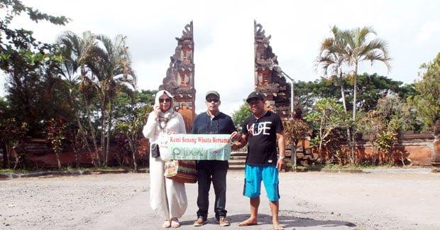 Wisata Pura Lingsar Lombok Bapak Mubarak Ahmad