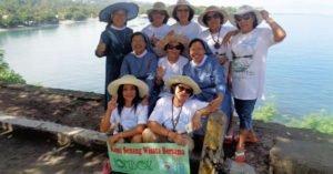 Suster Xaverine dan sahabat menikmati keindahan alam Lombok
