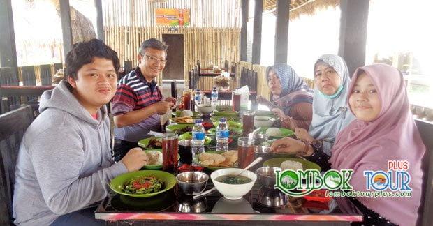 Keluarga Bapak Utama menikmati makan siang khas Lombok