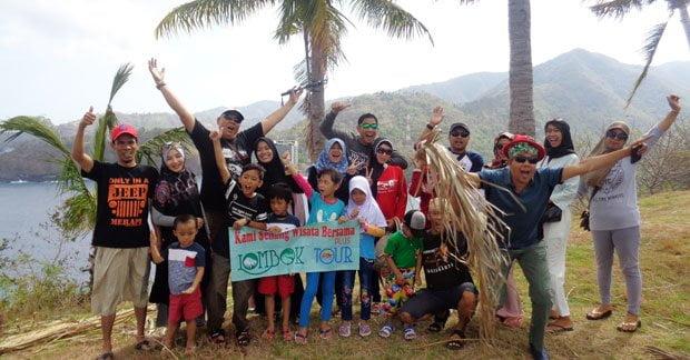 Asiknya wisata bapak Asep dan keluarga di bukit malimbu