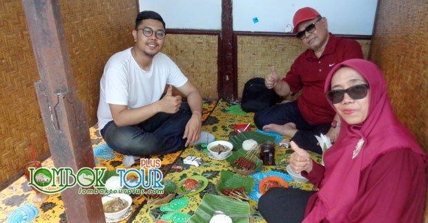 Bapak Bima dan Keluarga menikmati makan siang di Lombok