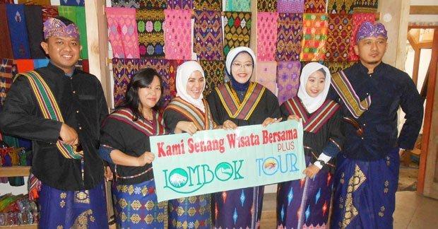 Bapak Varian dan keluarga mengunjungi Desa Sukarara dan mencoba pakaian adat khas suku sasak Lombok