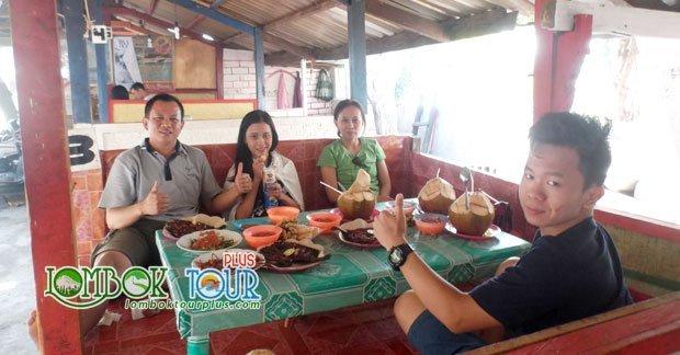 Menikmati makan siang di pulau Lombok