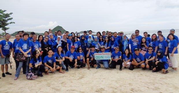 Bapak Een Juhana Wisata di Pantai Kuta Lombok