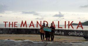 Ibu Dian Dwi dan keluarga menikmati indahnya Pantai Kuta Lombok