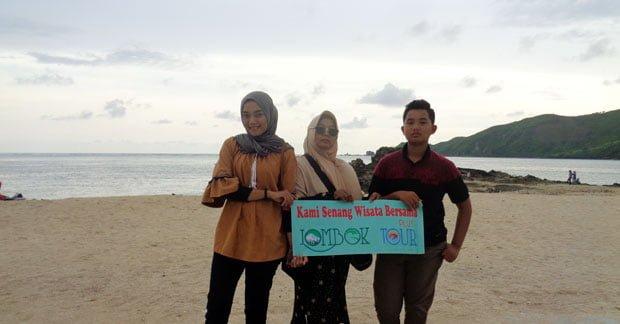 Ibu Dian Dwi di Pantai Kuta Lombok