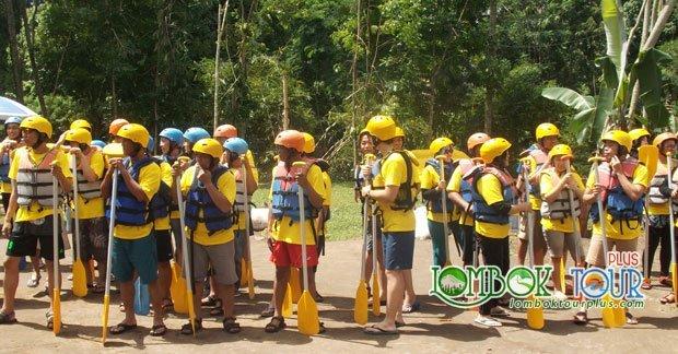 Kegiatan wisata Bapak Een Juhana dan grup di Lombok
