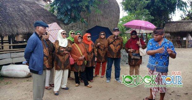 Ibu Miavinaty dan sahabat wisata di desa Sade Lombok