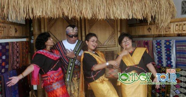 Mencoba Pakaian khas Sasak Lombok Di Desa Sukarara