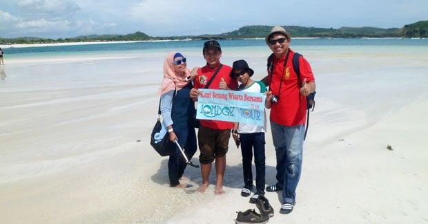 Wisata Bapak Irwan di Pantai Mawun Lombok