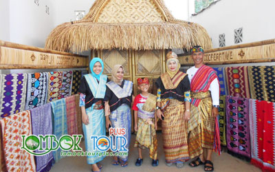Mencoba Kain Khas Sasak Lombok