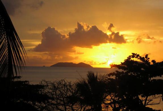 menyaksikan sunset di bukit malimbu lombok