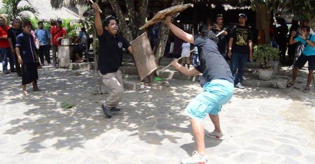Mencoba peresean khas adat Lombok